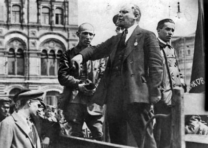 Lenin (center) addresses an audience of soldiers in Moscow in 1919 (Wikimedia Commons)