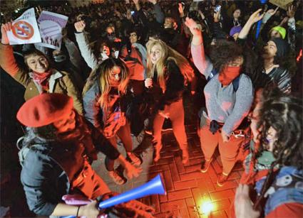 Students at UC Berkeley protest far-right provocateur Milo Yiannopoulos