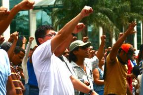 Zelaya supporters rally outside the Presidential House in Tegucigalpa