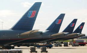 United airlines planes preparing for flight