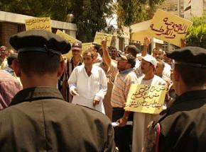 Workers from the Tanta Flax & Oil factory demonstrate outside an Egyptian government ministry building