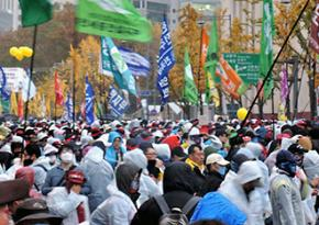 """Masses of protesters descend on Seoul in opposition to labor """"reforms"""" and other issues"""
