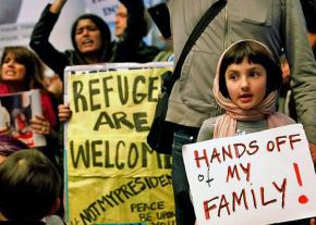Opponents of the Trump ban demand that the borders be opened at Los Angeles International Airport