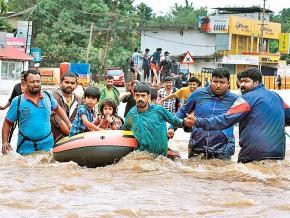 Civilians flee deadly floodwaters in Kerala, India