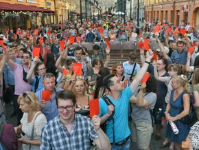 """St. Petersburg residents give City Hall a """"red card"""" at an unsanctioned protest"""