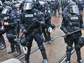 Riot cops descend on protesters in Portland, Oregon