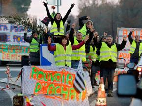 Yellow vest protesters in Cissac-Medoc block a road